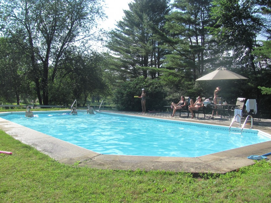 Outdoor swimming pool Inn amenities